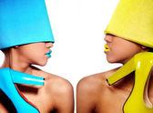 Mulher elegante com lábios brilhantes de azuis e amarelos — Foto Stock