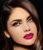 High fashion look.glamor closeup portrait of beautiful sexy stylish Caucasian young woman model with bright makeup, with pink natural lips,  with perfect clean skin — Stockfoto