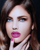 High fashion look.glamor closeup portrait of beautiful sexy stylish Caucasian young woman model with bright makeup, with pink natural lips, with perfect clean skin — Stock Photo