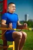 Uomo maschio di bello sano felice srtong atleta esercitando al parco della città — Foto Stock