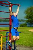 мужчина красивый здоровый счастливый srtong спортсмен спортом в городском парке — Стоковое фото