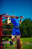 Hombre masculino del atleta guapo srtong feliz saludable ejercicio en el parque de la ciudad — Foto de Stock