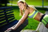 Itme yapıyor kadın egzersiz ups açık egzersiz eğitim spor fitness kadın neşeli ve mutlu gülümseyerek — Stok fotoğraf