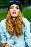 ファッション性の高い look.glamor ライフ スタイル金髪の女性のカジュアルなジーンズの女の子のモデル ショーツ ブラック キャップの路上で屋外布 — ストック写真