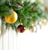 Vánoční pozadí s zlaté vánoční dekorace na bílém pozadí — Stock fotografie