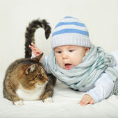 Child and cat — Stock Photo