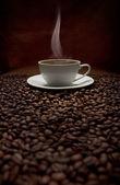 杯热气腾腾的咖啡用豆 — 图库照片