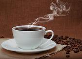 Café humeante en el fondo del lino — Foto de Stock
