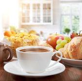 日当たりの良い朝のコーヒーと健康的な朝食 — ストック写真