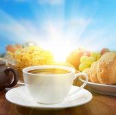 Sonniges frühstück mit kaffee und obst — Stockfoto
