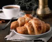 Morgen croissants mit kaffee — Stockfoto