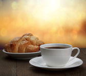 Morning breakfast - coffee and croissant in sunrise — Foto Stock