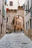 Arched narrow street in old mediterranean town — Stock Photo