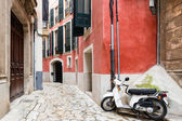 Colorful narrow street in old mediterranean town — Stock Photo