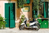 Retro scooter and traditional style Italy house — Stock Photo