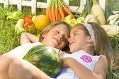Profiter d'enfants dans le jardin — Photo