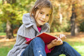 Child learns in the nature — Stock Photo