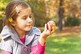 Child eating fresh apple — Stock Photo