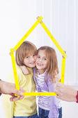 Niños felices en casa nueva — Foto de Stock