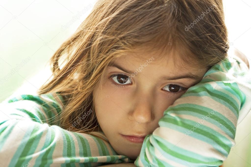 伤心的孩子女孩与悲伤的脸