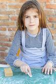 Little girl writing on blackboard — ストック写真