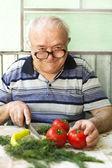 Elderly man preparing healthy food — Stock fotografie