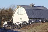 Small white barn — Stock fotografie