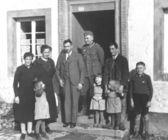Soldat allemand avec la famille — Photo
