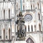 estátua de mármore da Virgem Maria carregando uma criança com uma difusa — Foto Stock