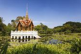 Thai-tempel auf dem wasser — Stockfoto