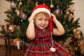 Smiling little girl in christmas hat — ストック写真
