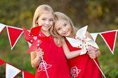 Porträtt av två systrar med inredning stil alla hjärtans dag — Stockfoto