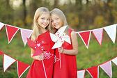 Retrato de duas irmãs com uma decoração estilo do dia dos namorados — Foto Stock