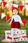 Retrato de niña con una decoración estilo san valentín — Foto de Stock