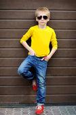 Retrato de niño con estilo al aire libre — Foto de Stock