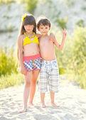 портрет детей на пляже летом — Стоковое фото