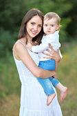 портрет матери и маленький мальчик в лето — Стоковое фото