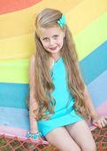 портрет маленькой девочкой на открытом воздухе в летнее время — Стоковое фото