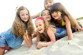 портрет детей младшего возраста на кемпинг отдых — Стоковое фото