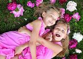 портрет двух маленьких девочек близнецов — Стоковое фото