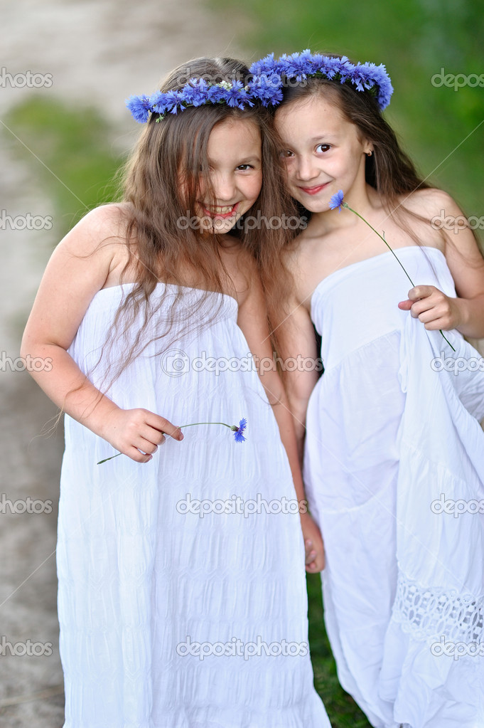 Фото две девочки с цветами