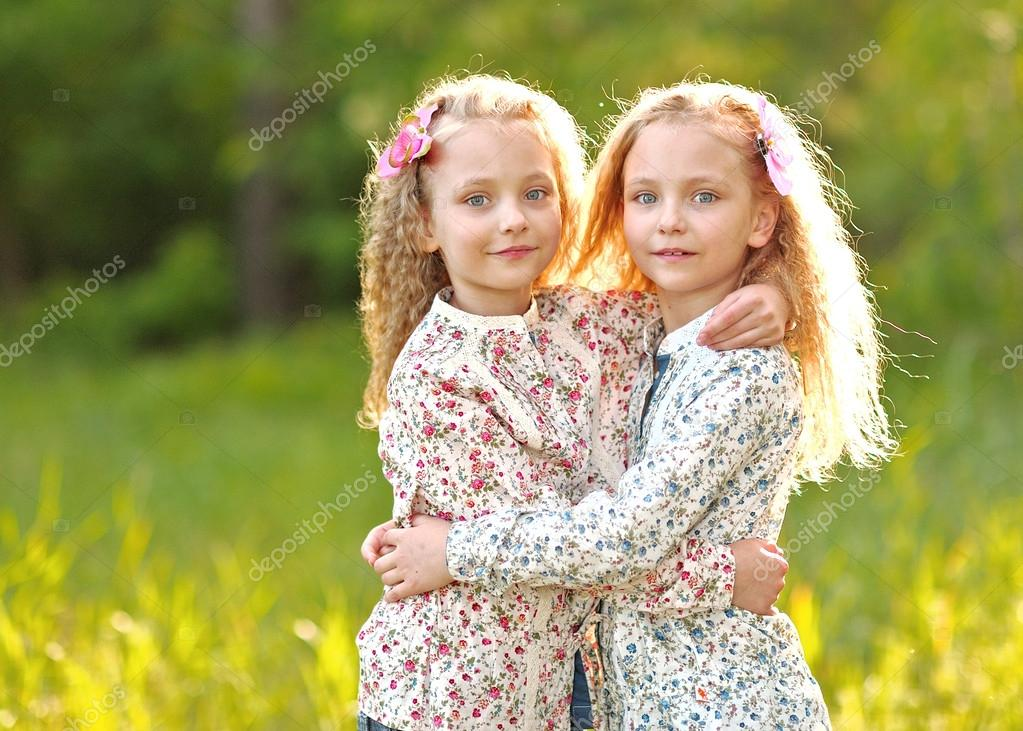 portrait de deux petites filles jumeaux photographie zagorodnaya 47284705. Black Bedroom Furniture Sets. Home Design Ideas