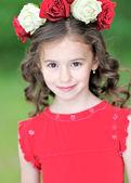 портрет красивая девочка с венком из роз — Стоковое фото