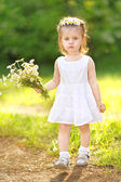 Portrait of a beautiful little girl with chamomile — Stockfoto