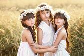 花輪を持つ 3 つの若い恋人の肖像画 — ストック写真