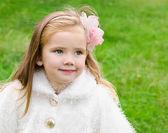 Roztomilá holčička na louce — Stock fotografie