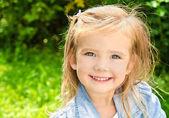 Outdoor portrait of little girl — Стоковое фото