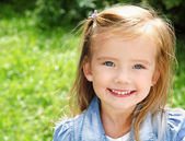 Outdoor portrait of smiling little girl — Stock Photo
