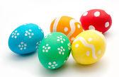 Beyaz bitti izole renkli paskalya yumurtaları — Stok fotoğraf