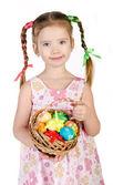 Niña sonriente con la cesta llena de colorido iso de huevos de pascua — Foto de Stock